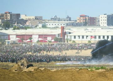 Thousands of Palestinians protest by the border fence, as seen from the Israeli side, on the day the new U.S. Embassy opened in Jerusalem, May 14. Photo: Flash 90.