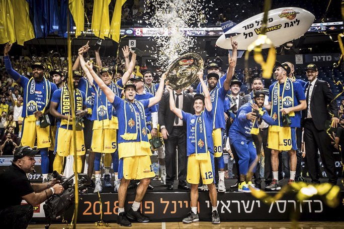 Daytonian Norris Cole (#30) celebrates with his Maccabi Tel Aviv teammates after they won the Israeli Basketball Premier League Championship on June 14. Photo: Maccabi Tel Aviv.